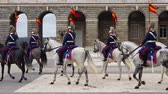 лошадиный : MADRID, SPAIN - APRIL 04, 2018: The ceremony of the Solemn Changing of the Guard at the Royal Palace of Madrid. That is famous event was performed on the first Wednesday of each month.