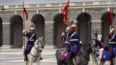 gyalogság : MADRID, SPAIN - APRIL 04, 2018: The ceremony of the Solemn Changing of the Guard at the Royal Palace of Madrid. That is famous event was performed on the first Wednesday of each month.