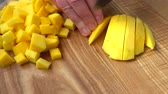 nutrientes : The cook cuts pieces of mango.