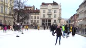 schaatsen : LVIV, UKRAINE - DECEMBER 15, 2019: Unknown people skate in the square of the city.