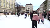 kunstschaatsen : LVIV, UKRAINE - DECEMBER 15, 2019: Unknown people skate in the square of the city.