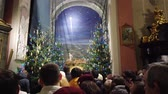 imádkozik : LVIV, UKRAINE - DECEMBER 25, 2019: People celebrate Christmas at the Catholic Cathedral.