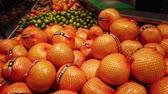 Grapefruits in the store. Choice of the buyer. Stock mozgókép