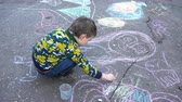 papier : Child drawing chalk on asphalt Stock Footage