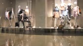 manequim : Fashion displayed on shopfront dummies