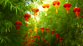 шуй : Rows of traditional chinese style red lanterns hanging on bamboo tree tunnel arch. Decoration lamps for Chinese Lunar New Year festival. Tropical oriental garden. Bamboo fresh green leaves background. Стоковые видеозаписи