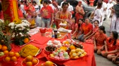 cultura thai : SAMUI, THAILAND - FEBRUARY 24, 2018: Thai Chinese worshipers and devotees take part in Chinese new year festival procession with elements of self-harming,religious rituals, mediums, oracles, priests.