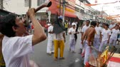 церемониальный : SAMUI, THAILAND - FEBRUARY 24, 2018: Thai Chinese worshipers and devotees take part in Chinese new year festival procession with elements of self-harming,religious rituals, mediums, oracles, priests.