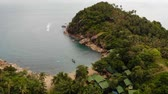 припаркован : Aerial drone top view of white sand tropical exotic paradise tiny shore in Koh Prangan island, Thailand. Small boats on ocean surface. Cute remote beach with volcanic stones and green coconut palms. Стоковые видеозаписи