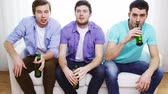 несчастный : friendship, sports and entertainment concept - happy male friends with beer watching tv at home Стоковые видеозаписи
