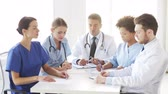 emergência : hospital, profession, people and medicine concept - group of doctors meeting on conference or medical seminar and looking to something at hospital
