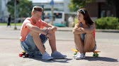 patim : teenage couple with penny boards talking in city Vídeos