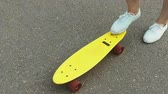 galhofeiro : teenage girl toot putting short skateboard on end Vídeos