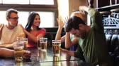ganhar : friends with beer watching football at bar or pub