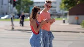 aplicativo : happy teenage couple with smartphones in city Vídeos