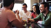 алкоголь : happy friends drinking beer at bar or pub