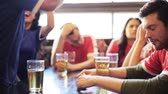 ganhar : soccer fans watching football match at bar or pub Stock Footage