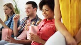 pipoca : happy friends with popcorn watching tv at home
