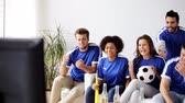 partida : friends or football fans watching soccer at home