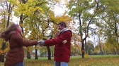 outono : happy young couple having fun in autumn park