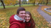 outono : happy couple recording video in autumn park