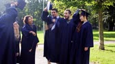 akademický : happy students throwing mortar boards up