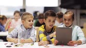 aprendizagem : kids with tablet pc programming at robotics school
