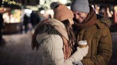 quente : happy couple with coffee at christmas market
