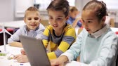 robô : kids with tablet pc programming at robotics school