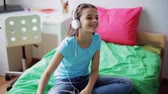 canção : happy girl with smartphone and headphones at home Vídeos