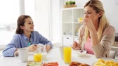 família : happy family having breakfast at home kitchen Vídeos