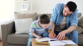 sala : father and little son with crayons drawing at home Vídeos