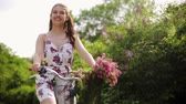 велосипед : happy young woman riding fixie bicycle in summer Стоковые видеозаписи