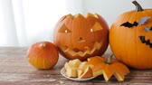 assustador : jack-o-lantern or carved halloween pumpkins Stock Footage