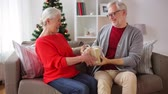 presente de natal : happy smiling senior couple with christmas gift