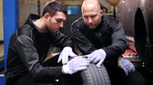 garagem : auto mechanics repairing car tire with blowout
