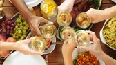 diretamente acima : group of people eating and drinking wine at table