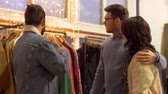 consumismo : friends choosing clothes at vintage clothing store Stock Footage