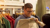 aquisitivo : couple choosing clothes at vintage clothing store Stock Footage