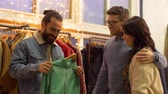 cabide : friends choosing clothes at vintage clothing store Stock Footage