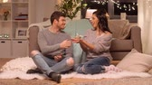 presente de natal : happy couple with gift box at home
