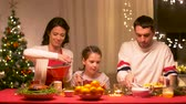 parentalidade : happy family having christmas dinner at home