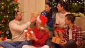 presente de natal : friends celebrating christmas and giving presents