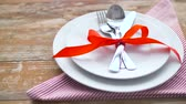 guardanapo : cutlery tied with red ribbon on plate Vídeos