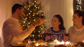 свеча : happy friends drinking red wine at christmas