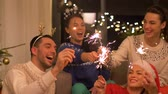 happy friends celebrating christmas at home party Vidéos Libres De Droits