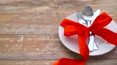 cutlery tied with red ribbon on plate Vidéos Libres De Droits