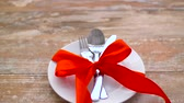 Валентин : cutlery tied with red ribbon on plate Стоковые видеозаписи