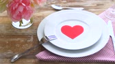 łyżka : close up of table setting for valentines day