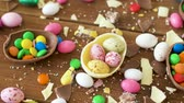damla : chocolate easter eggs and drop candies on table Stok Video